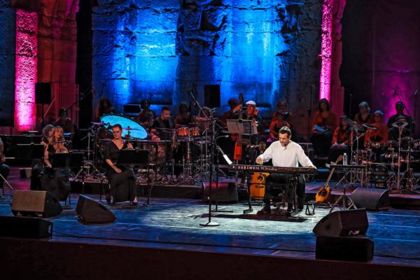 """Μάγεψε το κοινό του Ηρωδείου ο Σταμάτης Σπανουδάκης σε μια συναυλία υπέρ του ανθρωπιστικού φορέα """"Coeurs pour tous Hellas"""""""