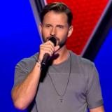 """Ο αδελφός γνωστής τραγουδίστριας εμφανίστηκε στη σκηνή του """"The Voice"""" και πέρασε στην επόμενη φάση"""