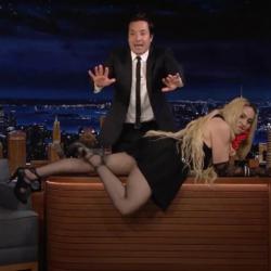 Η Madonna ξάπλωσε στο γραφείο του Jimmy Fallon και σήκωσε τη φούστα της μπροστά στην κάμερα